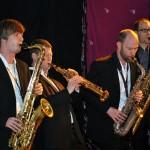 Vier Saxophonspieler spielen ihre Instrumente.