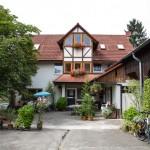 Mit Blumen und Pflanzen gespickter Innenhof.