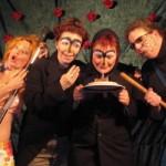 Zu sehen sind vier lustig geschminkte Darsteller.